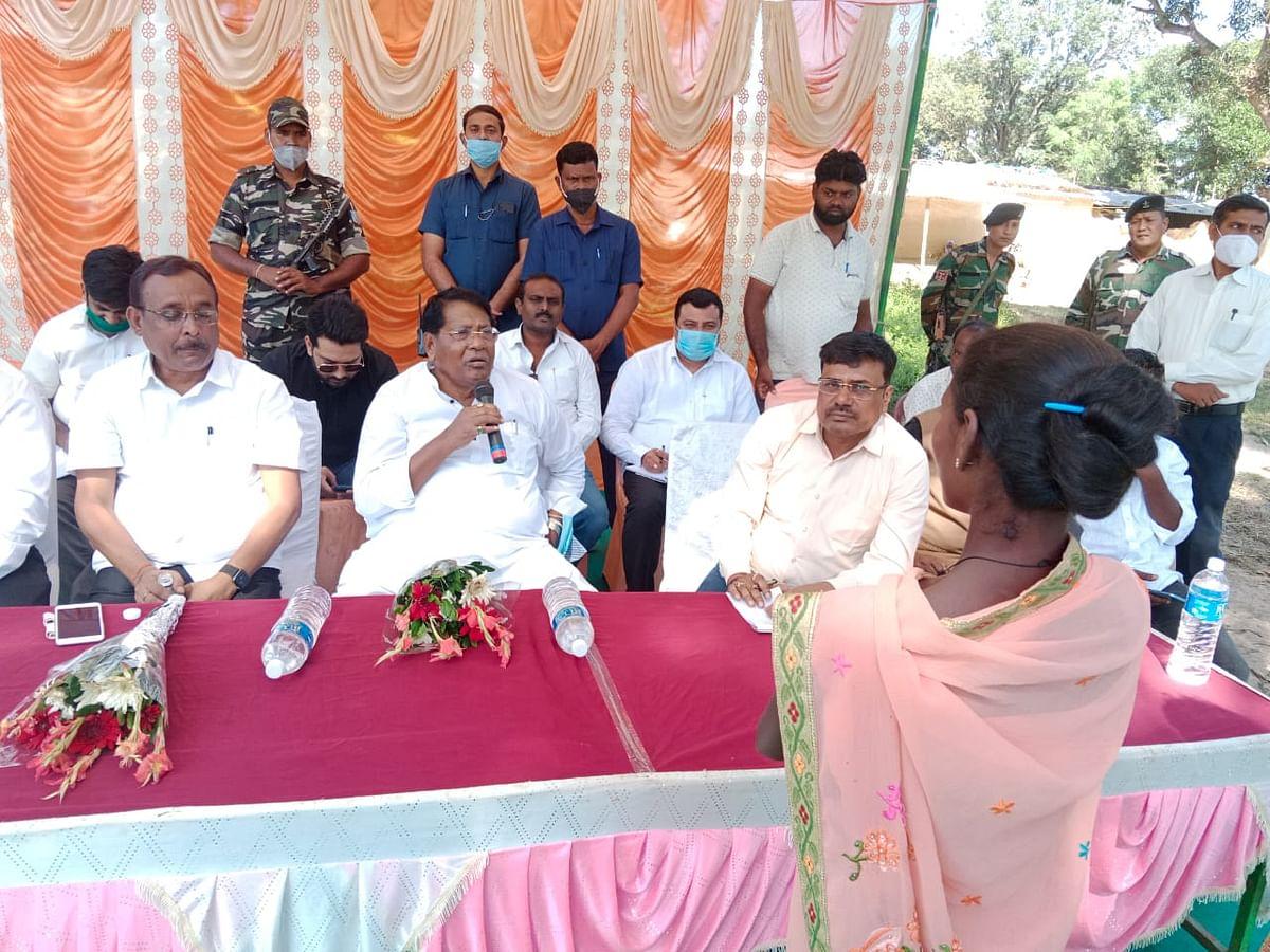 ग्रामीणों से रू-ब-रू हुए झारखंड के वित्त मंत्री रामेश्वर उरांव, कैंप लगाकर समस्याओं के समाधान का दिया निर्देश