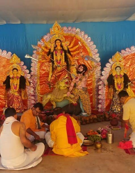 मां दुर्गा से गुमलावासी ले रहें आशीर्वाद, सुख-शांति की कर रहे कामना