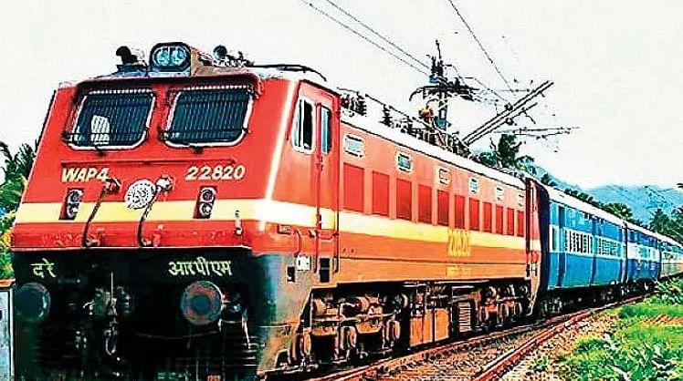 Indian Railways: ट्रेनों में गर्म खाने का लुत्फ उठा सकेंगे यात्री, जल्द शुरू हो सकती है कैटरिंग सर्विस