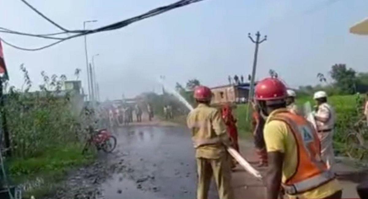 महाधरना में शामिल आंदोलनकारियों पर पुलिस ने पानी के बौछार किये.