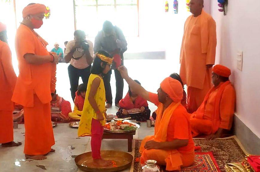 Gorakhpur News: नवरात्रि की नवमी को CM योगी ने पखारे कन्याओं के पांव, बोले- किसी से भी कम नहीं बेटियां