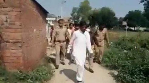 Kanpur News: विधायक जी को मनाने के लिए दौड़ पड़े एसपी साहब, वीडियो हो रहा वायरल