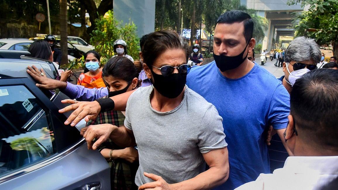 Aryan Khan Drug Case: शाहरुख खान ने जेल के बाहर किसे जोड़े हाथ ? जानें