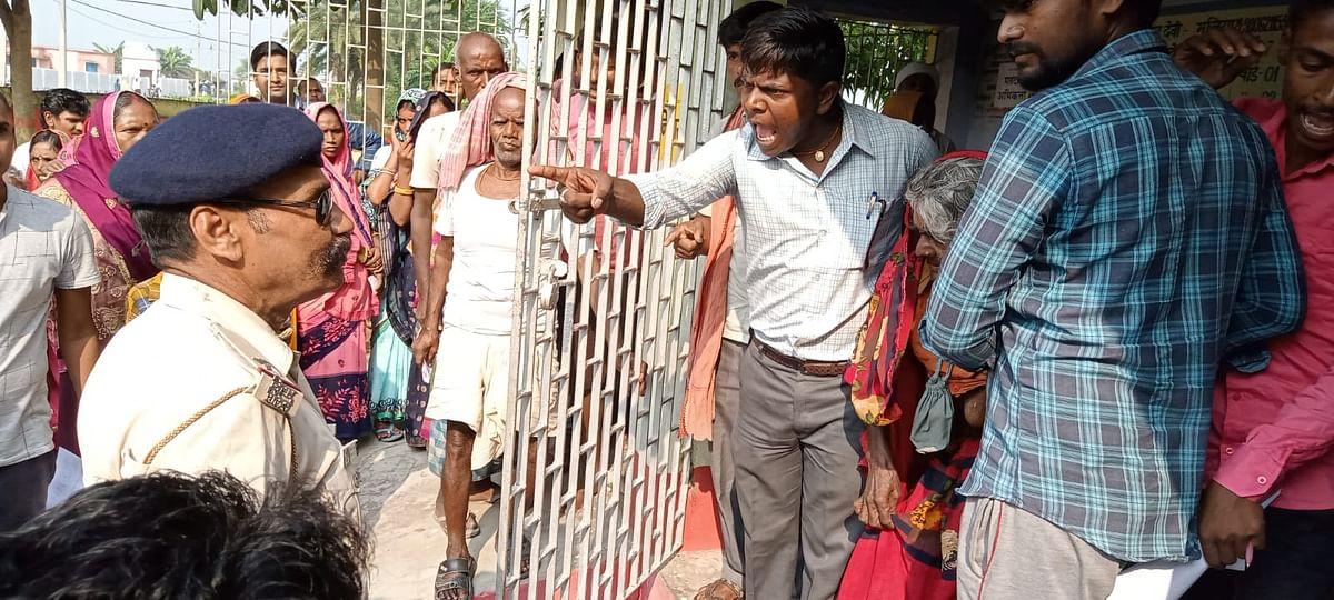उजियारपुर प्रखंड के बूथ संख्या 244 पर पुलिसकर्मियों से उलझते पोलिंग एजेंट, हंगामा