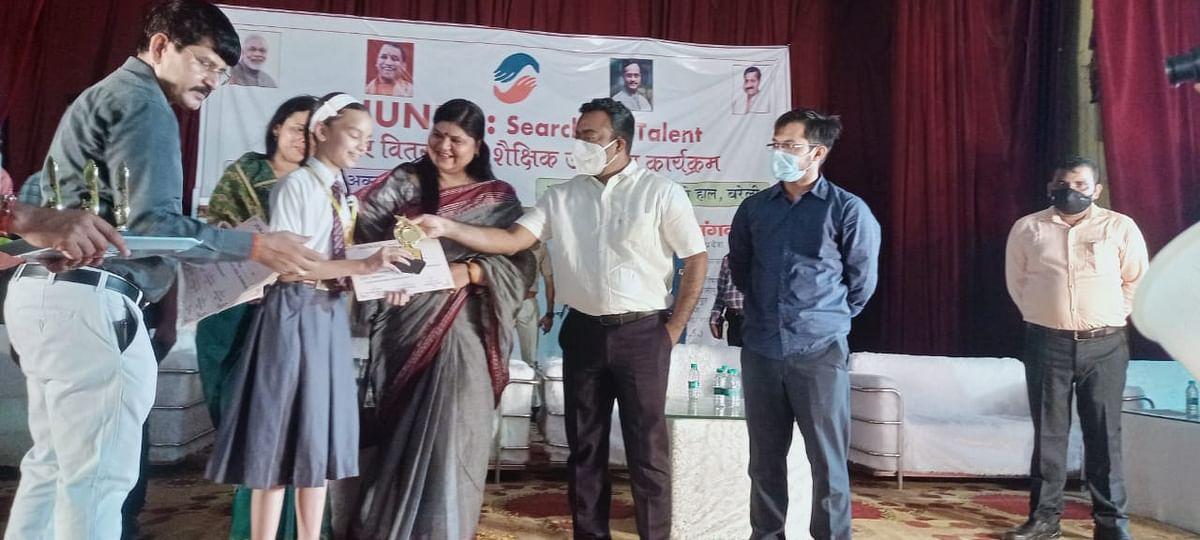 हुनरबाज छात्रों को सम्मानित करतीं जिला पंचायत अध्यक्ष रश्मि पटेल और डीएम नीतीश कुमार