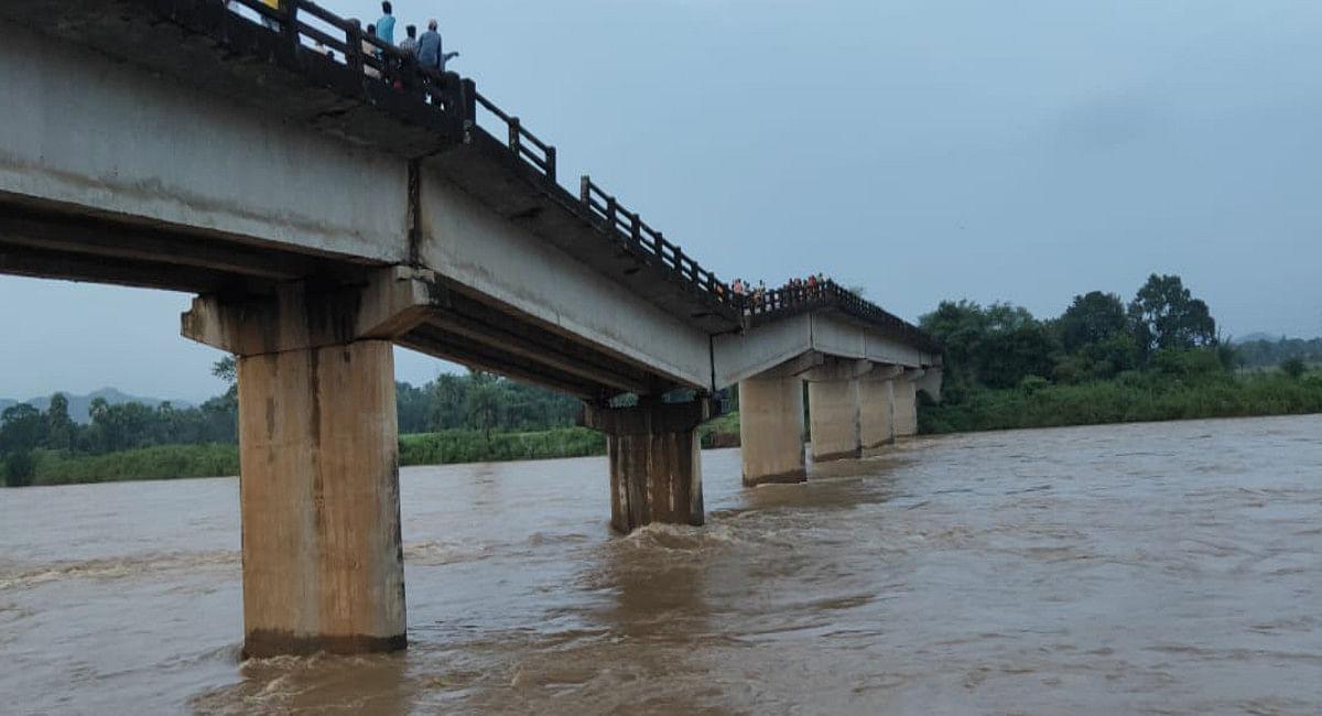 बारिश से दुमका के मोतिहारा नदी पर क्षतिग्रस्त पुल का एक और पिलर धंसा, पैदल आवाजाही भी हुआ खतरनाक