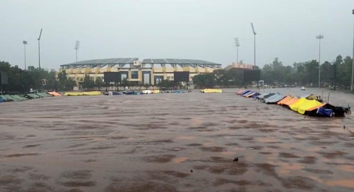 रांची के मोरहाबादी मैदान में बारिश में डटे हैं सहायक पुलिसकर्मी, 22वें दिन भी किसी ने नहीं लिया कोई सुध