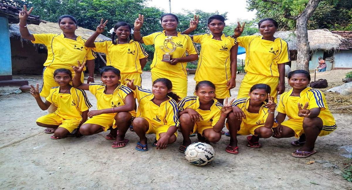 अपने द्वारा तैयार की गयी फुटबॉल टीम के साथ जनवरी बंकिरा.