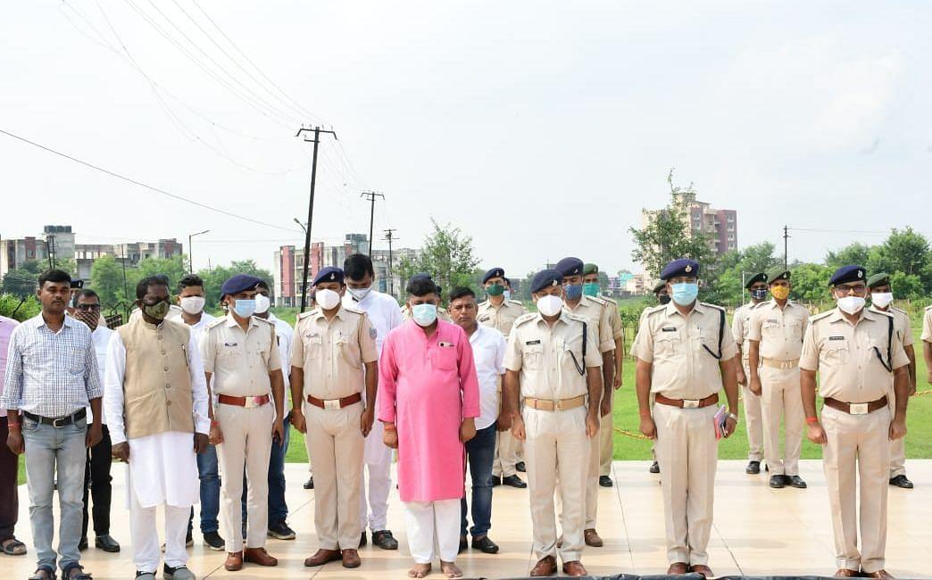 Jharkhand News : झारखंड में अपनी ही इंसास राइफल से गोली लगने से मृत पुलिस जवान को दी गयी आखिरी विदाई