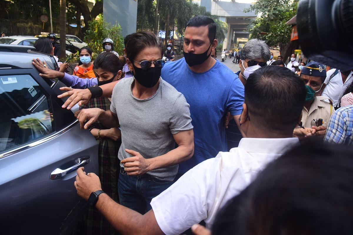 शाहरुख खान ग्रे टी शर्ट, आंखों पर चश्मा, काला मास्क लगाए बेटे आर्यन से मिलने आर्थर रोड जेल पहुंचे, VIDEO