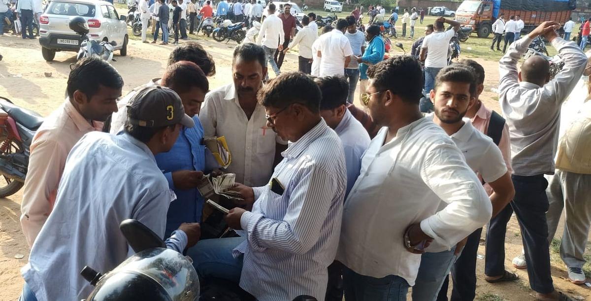 Jharkhand News : खुले मैदान में ठेकेदार जिला परिषद की योजनाओं के लिए कर रहे थे टेंडर मैनेज, Video Viral