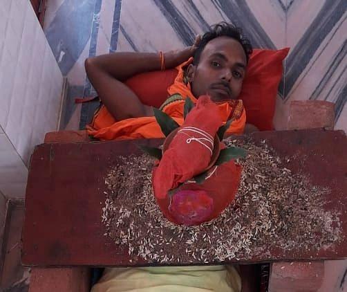 Durga Puja 2021 : बिहार के सिद्धू पांडेय झारखंड में सीने पर कलश रखकर कर रहे मां दुर्गा की आराधना