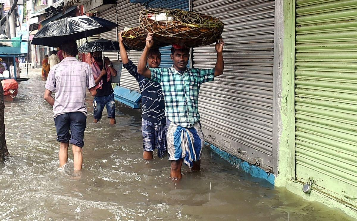 Fish Rained in Bhadohi: भदोही में आसमान से बरसी मछलियां, बाल्टी और टोकरी में बटोरने लगे लोग