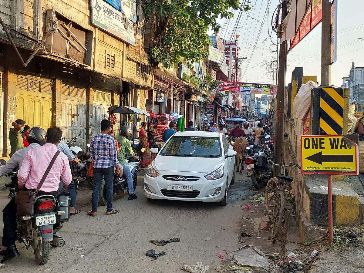 Jharkhand News : वन-वे व नो पार्किंग जोन सिस्टम फेल, कागजों में सिमटा आदेश,कैसे दुरुस्त होगी ट्रैफिक व्यवस्था