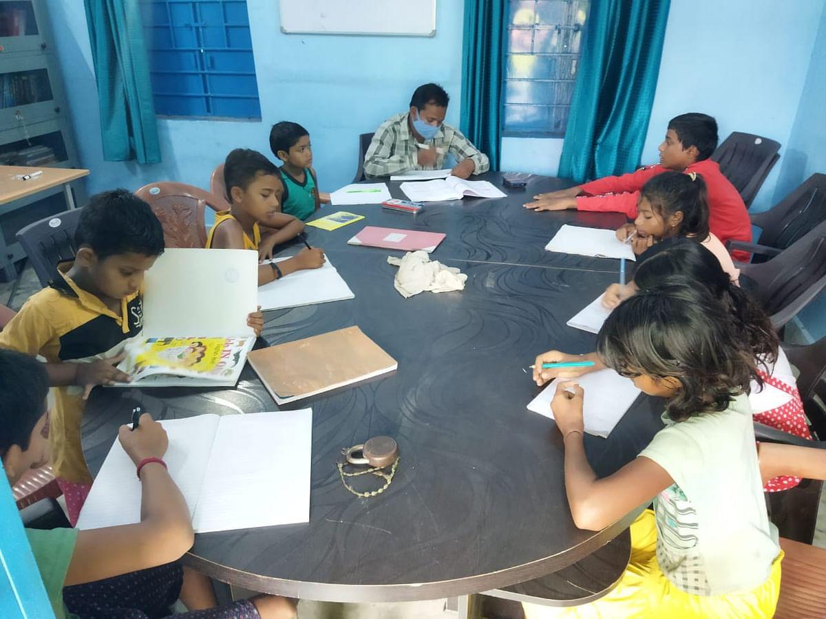 Jharkhand News : झारखंड का एक ऐसा जिला, जहां कम्युनिटी लाइब्रेरी के जरिए बच्चों का मार्गदर्शन करते हैं अधिकारी