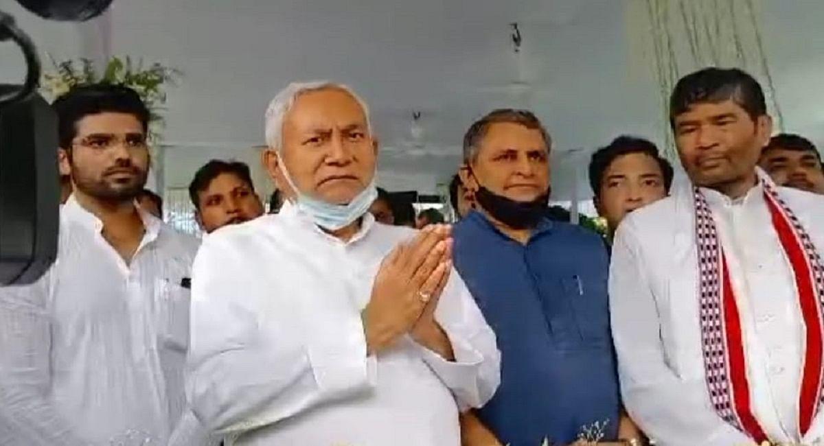 रामविलास पासवान की पुण्यतिथि पर लोजपा कार्यालय पहुंचे नीतीश कुमार, साथी के रूप में दिवंगत नेता को किया याद