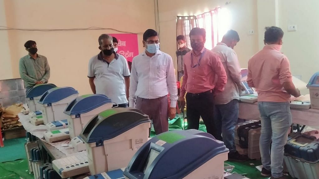 Bareilly News: यूपी विधानसभा चुनाव की तैयारी में जुटा प्रशासन, 3300 ईवीएम में एफएलसी का कार्य शुरू