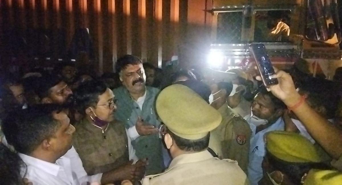 यूपी के लखीमपुर खीरी जा रहे कांग्रेसी नेताओं को रोकती हुई यूपी पुलिस.