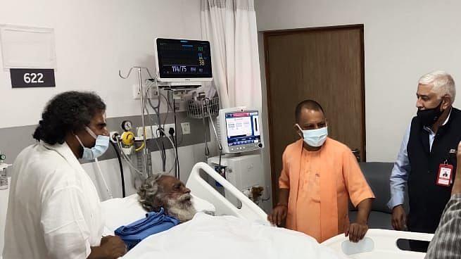 UP News: सीएम योगी पहुंचे मेदांता अस्पताल, महंत नृत्य गोपाल दास के स्वास्थ्य की ली जानकारी