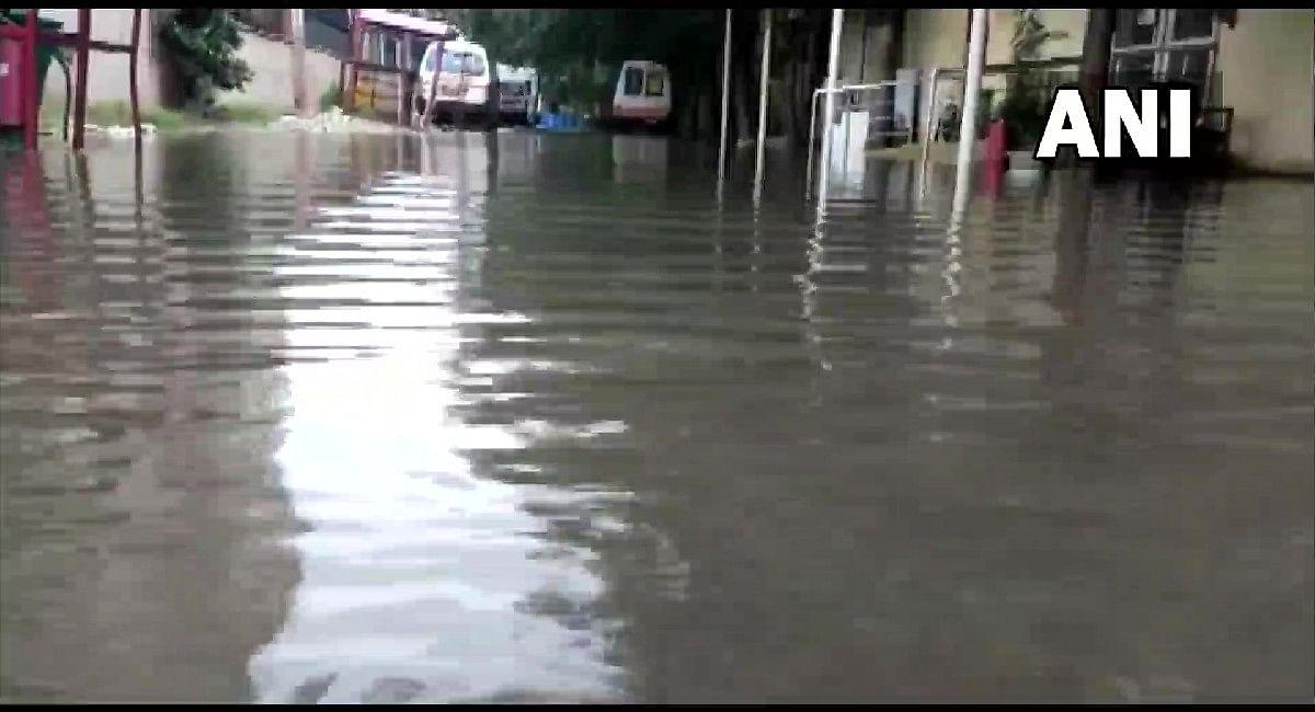 Weather Forecast: दिल्ली-यूपी समेत इन राज्यों में भारी बारिश के आसार, मैदानी इलाकों में जल्द दस्तक देगी सर्दी