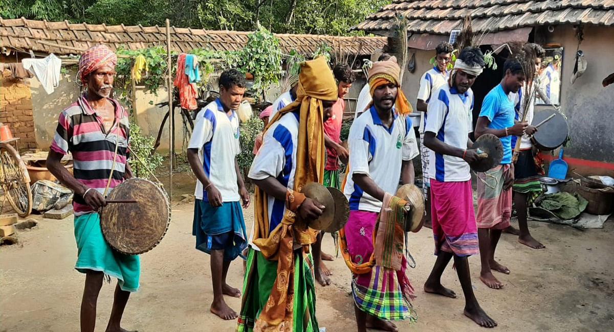 महिला का पोशाक पहनकर दशांय नृत्य में शामिल होते संताल आदिवासी के पुरुष.