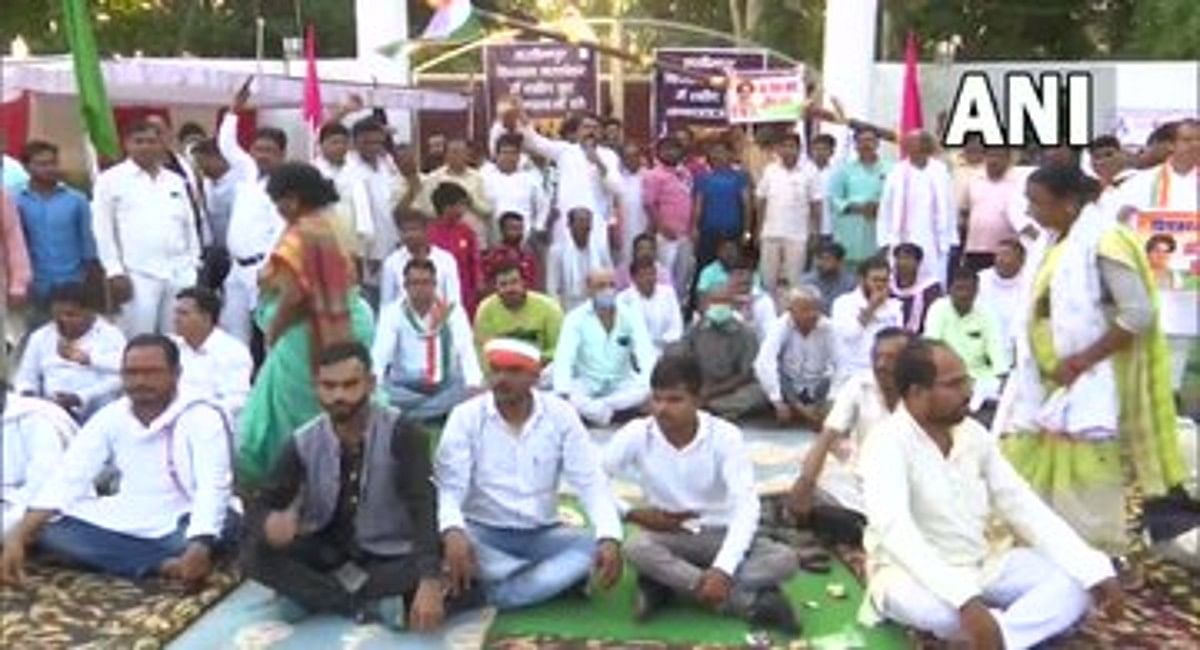 लखीमपुर मामला : प्रियंका गांधी की रिहाई के लिए सीतापुर में कार्यकर्ताओं का प्रदर्शन, आंदोलन करेगी कांग्रेस