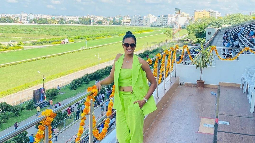 पीवी सिंधु नियॉन ग्रीन ड्रेस में लग रही हैं बेहद खूबसूरत, कीमत जानकर रह जायेंगे दंग