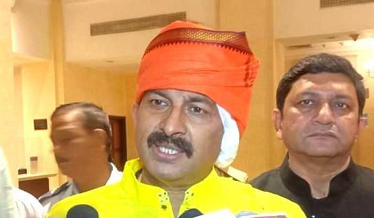 Varanasi News: सिर पर पट्टी बांधकर काशी में पहुंचे मनोज तिवारी, कहा- केजरीवाल को हिंदू धर्म से चिढ़