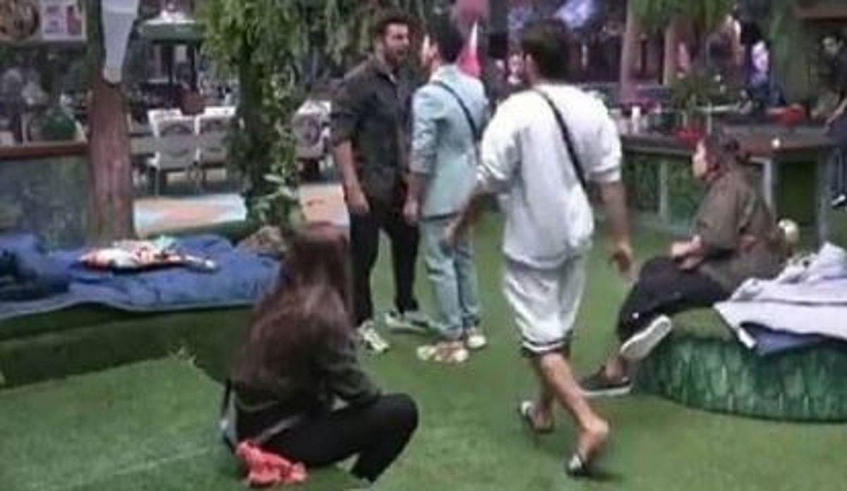 Bigg Boss 15 में टास्क के दौरान Jay Bhanushali ने फिर दी गाली, Prateek Sehajpal ने खुद को मारे थप्पड़
