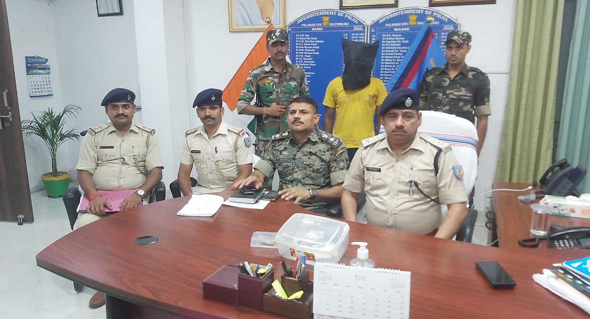 पुलिस-नक्सली मुठभेड के बाद भाग रहा TSPC का सक्रिय नक्सली किसलय कुमार गिरफ्तार, पर्चा समेत कई सामान बरामद
