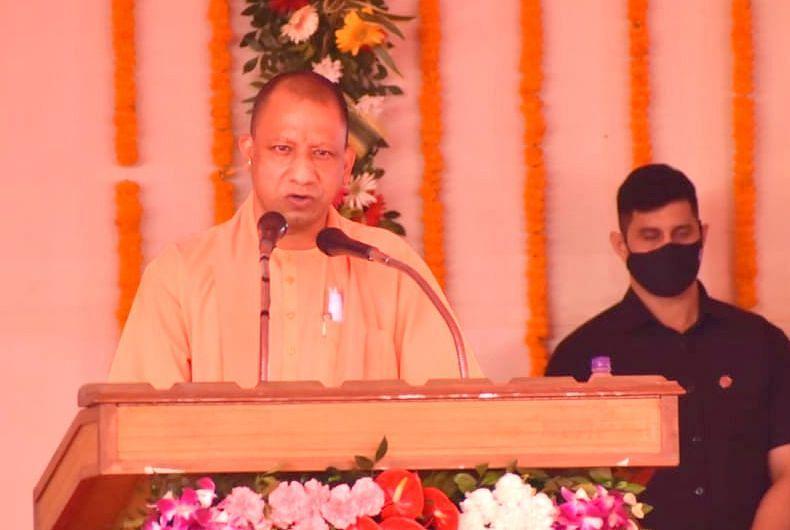 Varanasi News: PM मोदी ने थपथपाई पीठ तो बोले CM योगी- केंद्र के मार्गदर्शन से कोरोना को हराने में हुए सफल