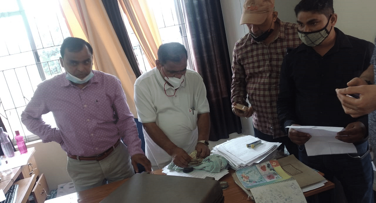Jharkhand News : झारखंड के चतरा एसडीओ का स्टेनो 25 हजार घूस लेते गिरफ्तार, राशन डीलर से ले रहा था रिश्वत