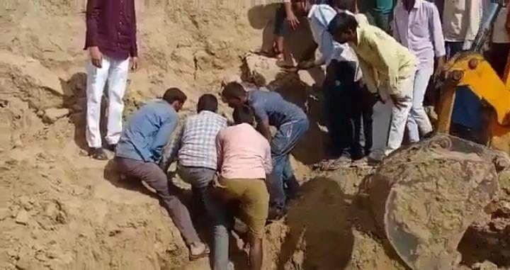 दिवाली की तैयारी में जुटे गांव में पसरा मातम, मिट्टी का टीला धंसने से सास-बहू की मौत, 7 घायल
