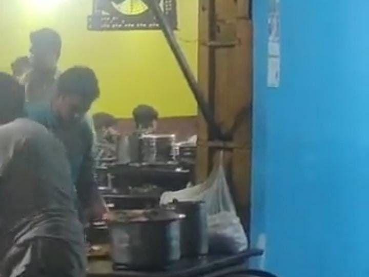 यूपी में थूक लगाकर तंदूरी सेंक रहा था होटल का कुक, पुलिस ने किया गिरफ्तार, Video Viral
