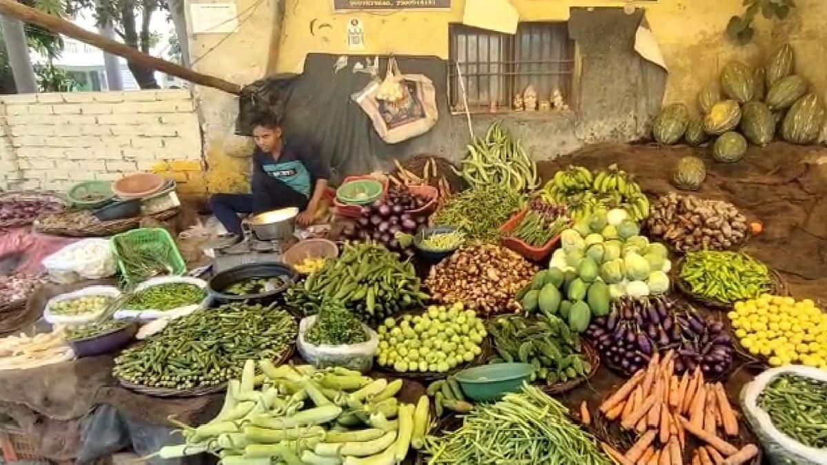Agra News: ताजनगरी आगरा में महंगी हुई सब्जी, लोग बोले- घर का बजट गड़बड़ा गया है