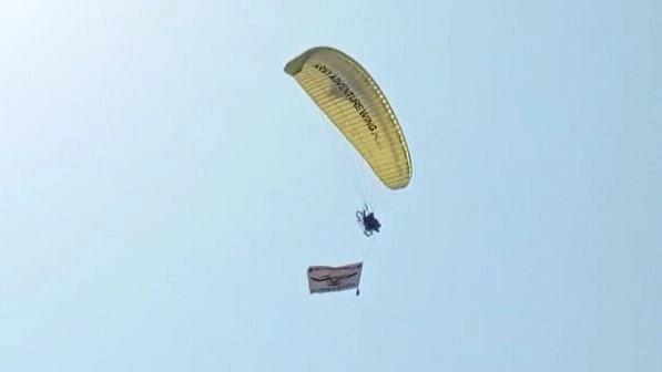 Prayagraj News: सेना के जवान ने पैरामोटर से भरी ऊंची उड़ान, देखने वालों ने की खूब तारीफ