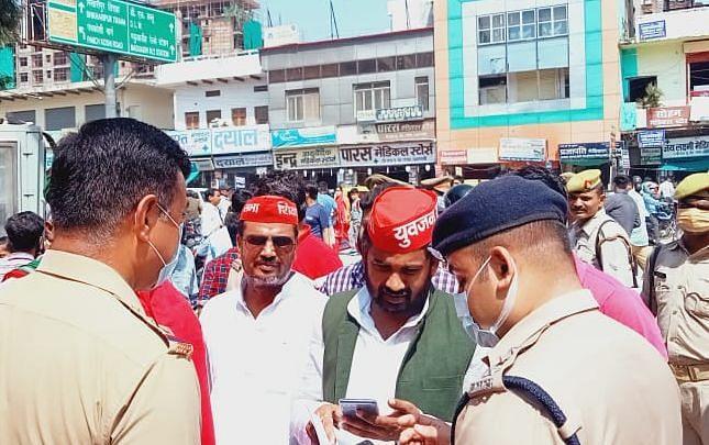 अखिलेश यादव को हिरासत में लेने पर बवाल, कई जिलों में सपा कार्यकर्ताओं का सरकार के खिलाफ प्रदर्शन