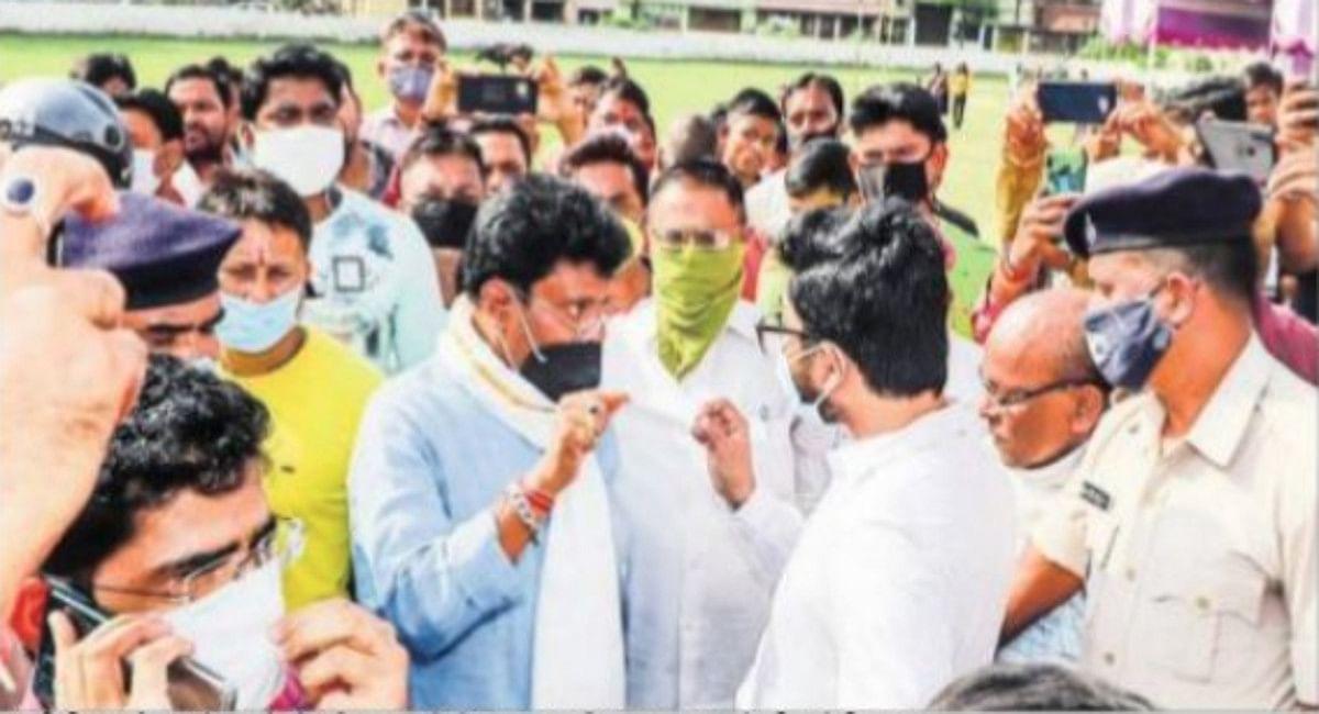 Durga Puja 2021: काशीडीह पूजा पंडाल के पास भोग वितरण कार्य को डीसी ने कराया बंद,गुस्से में पूजा समिति के सदस्य