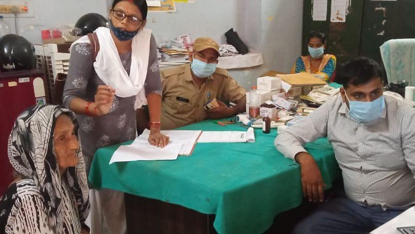 Gorakhpur News: सबसे उम्रदराज महिला का कोरोना वैक्सीनेशन, 111 साल की दादी के साथ हेल्थ वर्कर्स ने ली तसवीर