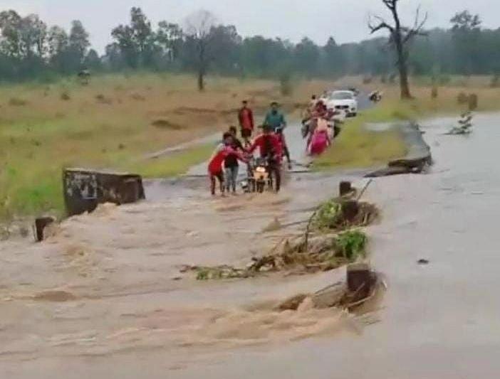 Jharkhand News : बारिश में जान जोखिम में डालकर झारखंड का नगुलुवा पुल पार करते हैं ग्रामीण