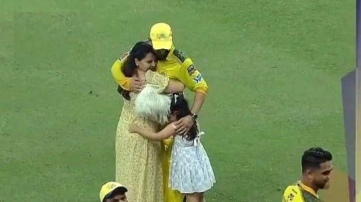 IPL 2021: चेन्नई की जीत के बाद साक्षी ने धोनी को लगाया गले, तो बेटी जीवा ने अनोखे अंदाज में मनाया जश्न