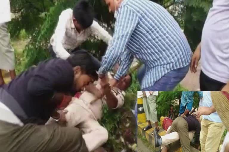पुलिस ने रोका तो आक्रोशित युवक ने जहानाबाद में पुलिसकर्मी को सड़क पर गिराकर बुरी तरह पीटा