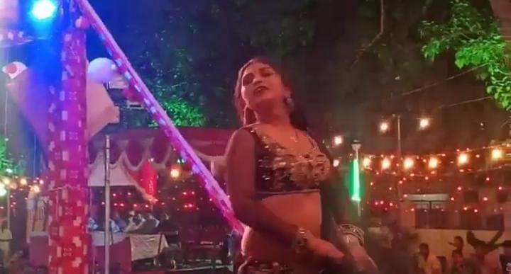 Kanpur News: आस्था के मंच पर बार बालाओं के ठुमके