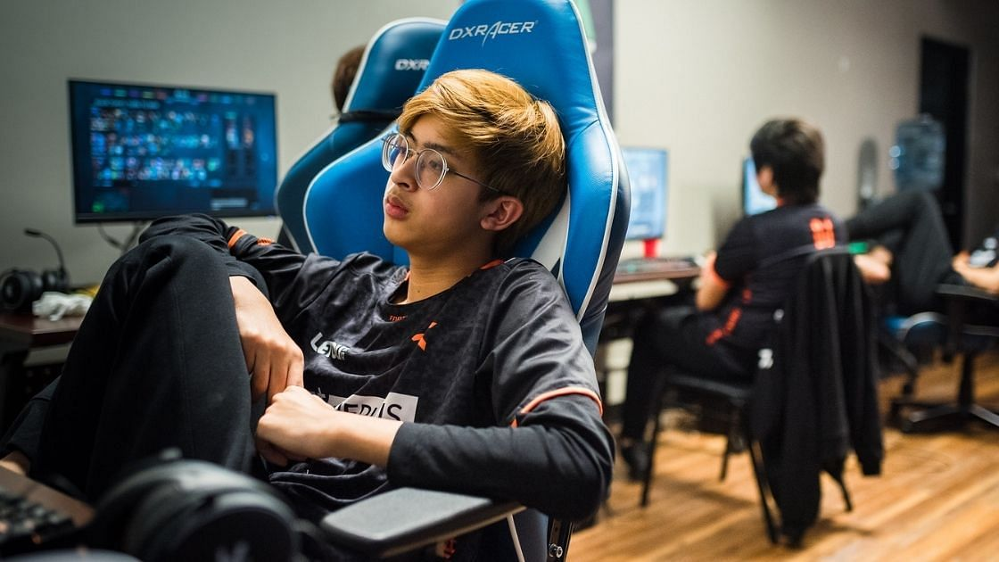 """<div class=""""paragraphs""""><p>23savage with Fnatic at the DOTA Summit 12</p></div>"""