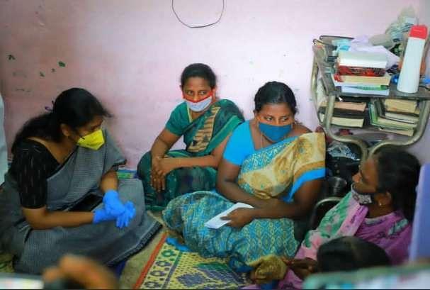 കനിമൊഴി എം.പി ജയരാജന്റെ കുടുംബത്തെ ആശ്വസിപ്പിക്കാനെത്തിയപ്പോള്