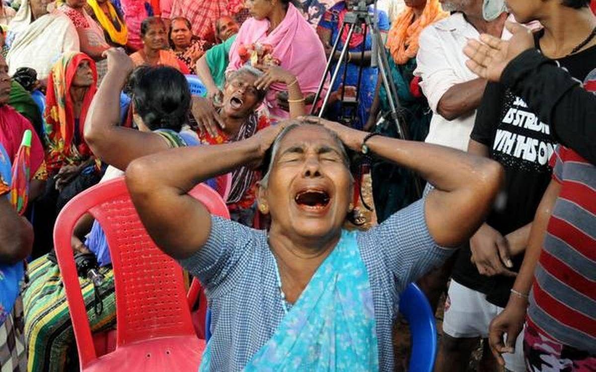 ഓഖി ദുരന്തത്തില് കടലില് കാണാതായ ബന്ധുക്കള്ക്ക് വേണ്ടി വിലപിക്കുന്ന സ്ത്രീകള്