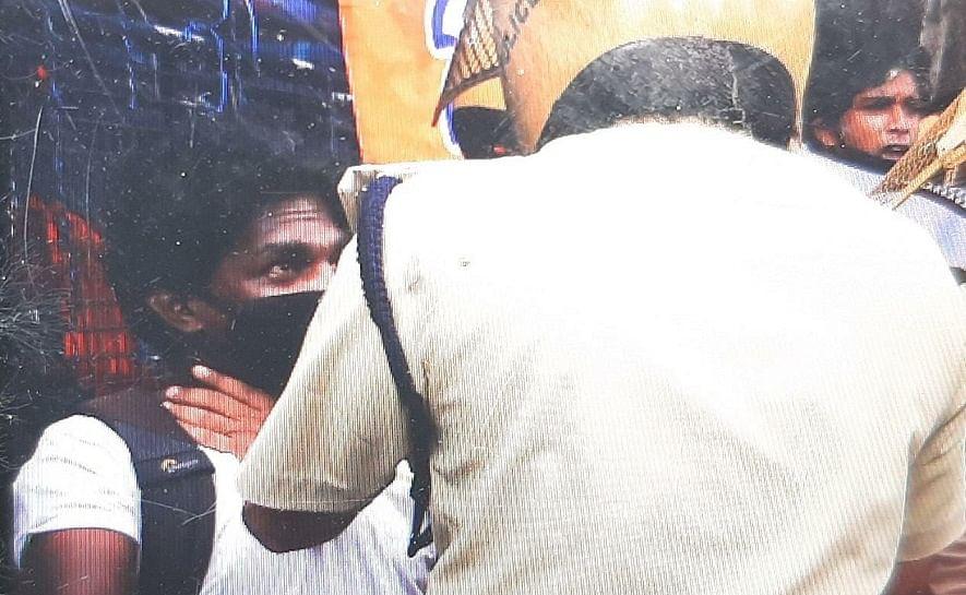 കെ ടി ജലീലിനെതിരായ പ്രതിഷേധം പകർത്താനെത്തിയ മാധ്യമപ്രവർത്തകന് നേരെ പൊലീസ് കയ്യേറ്റം