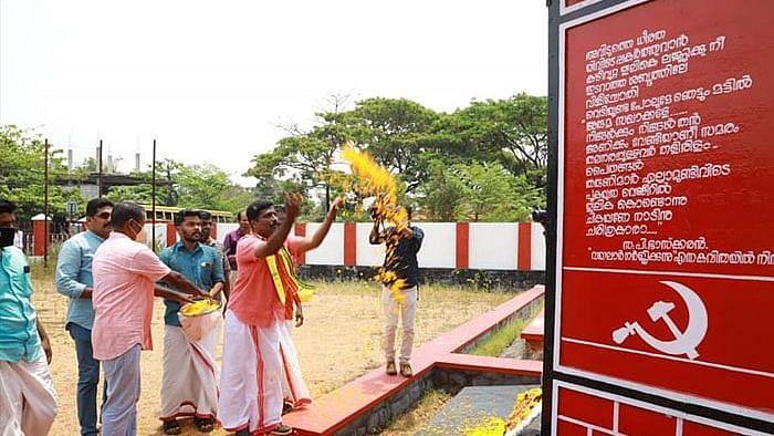 പുന്നപ്ര-വയലാർ സ്മാരകത്തിൽ ബിജെപി സ്ഥാനാർത്ഥിയുടെ പുഷ്പാർച്ചന