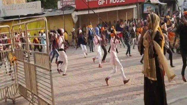 മഹാരാഷ്ട്രയിൽ പോലീസ് സേനയ്ക്ക് നേരെ ആൾക്കൂട്ടത്തിന്റെ അക്രമം