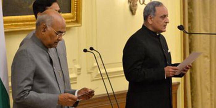President Ram Nath Kovind (L) administers the oath of office to CIC Bimal Julka